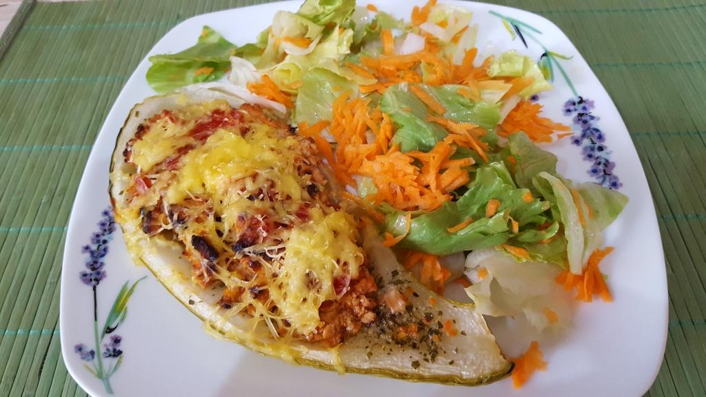 toltott-cukkini-csirkehus-salata